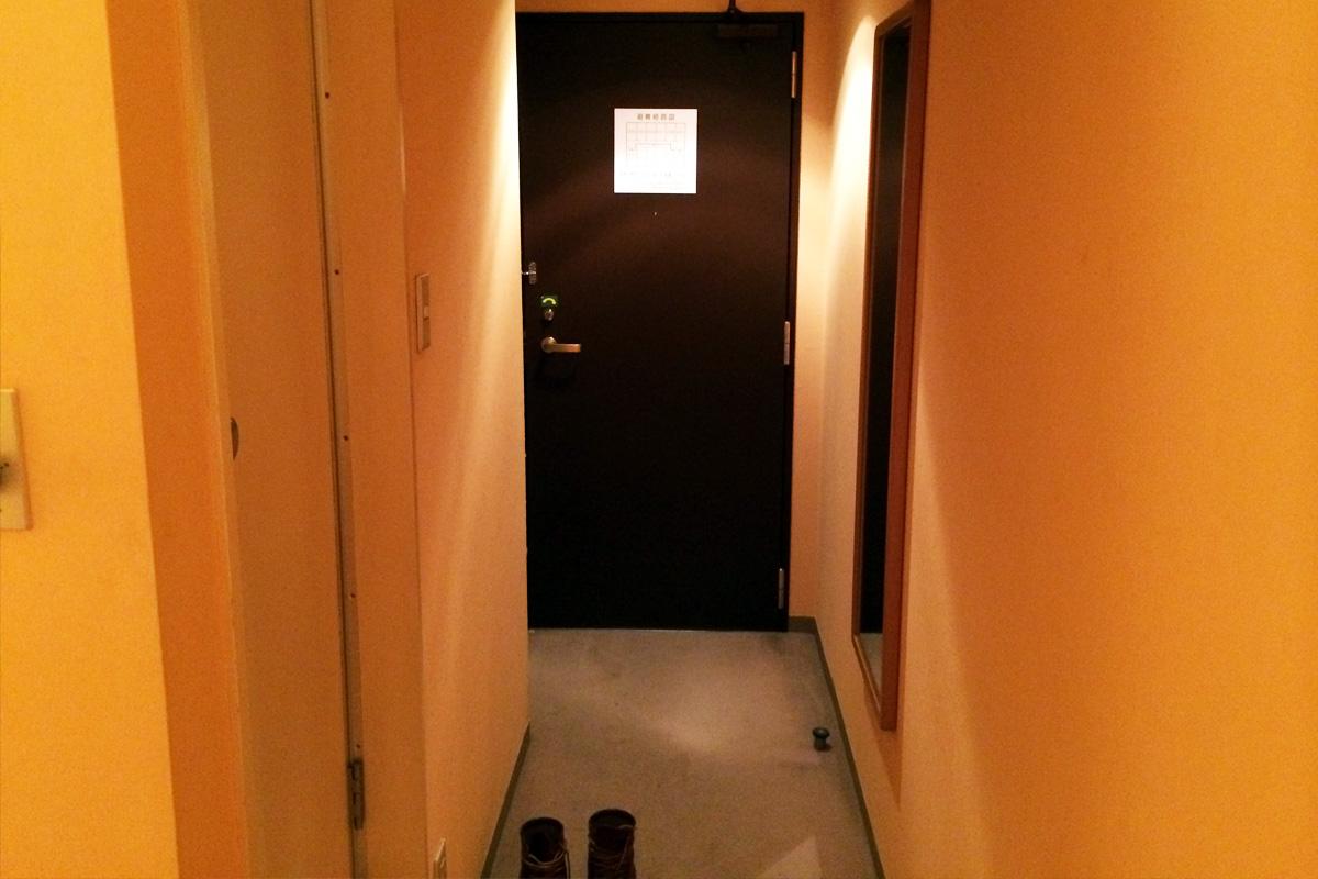 洋室シングル 13.5平米 ドア側