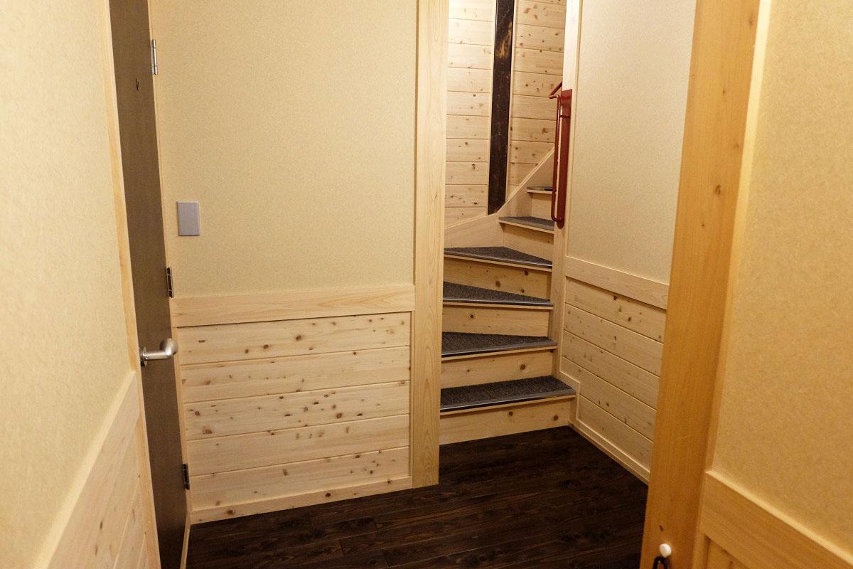 玄関とメゾネットの階段部分