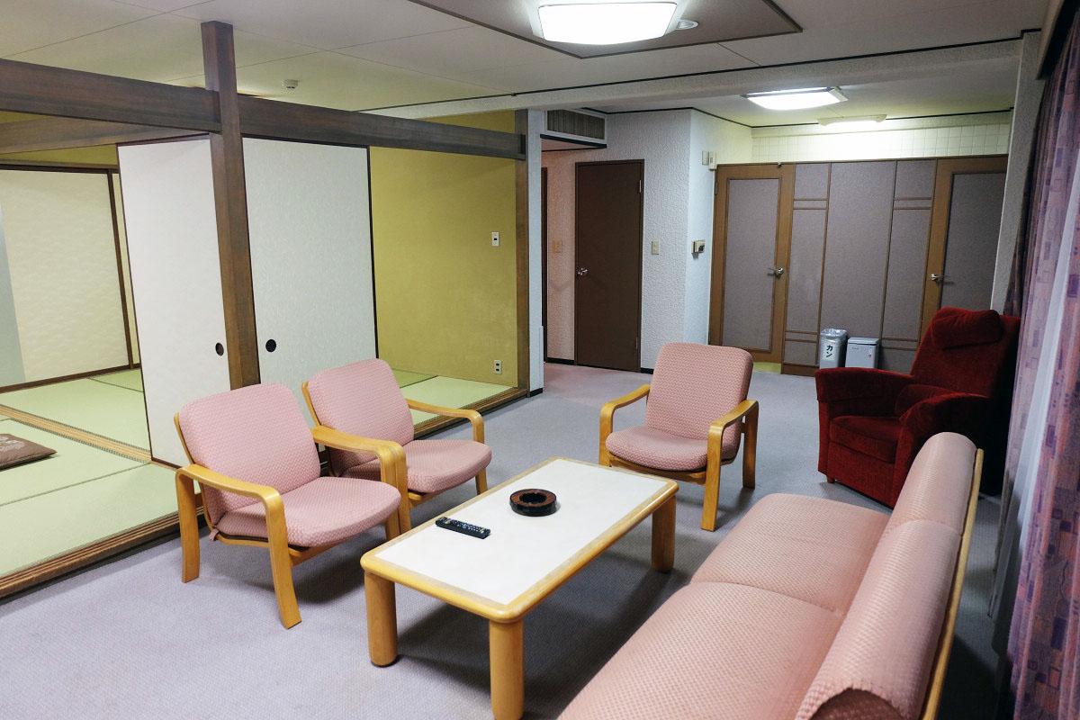 洋室リビングと和室2部屋