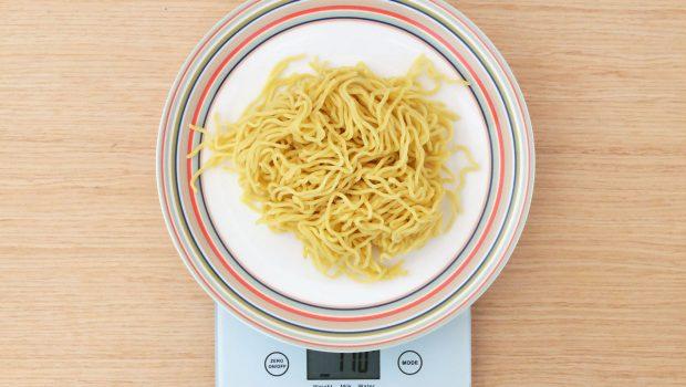 ラーメンの麺は1人前あたり何グラムが目安?100~1200gのカロリーや茹でる前と後の量を比較