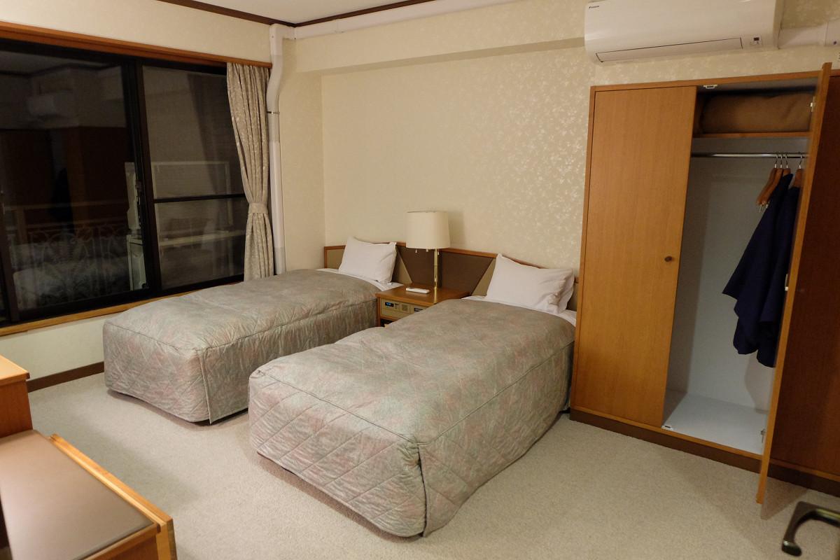 ベッドルーム1(窓側)