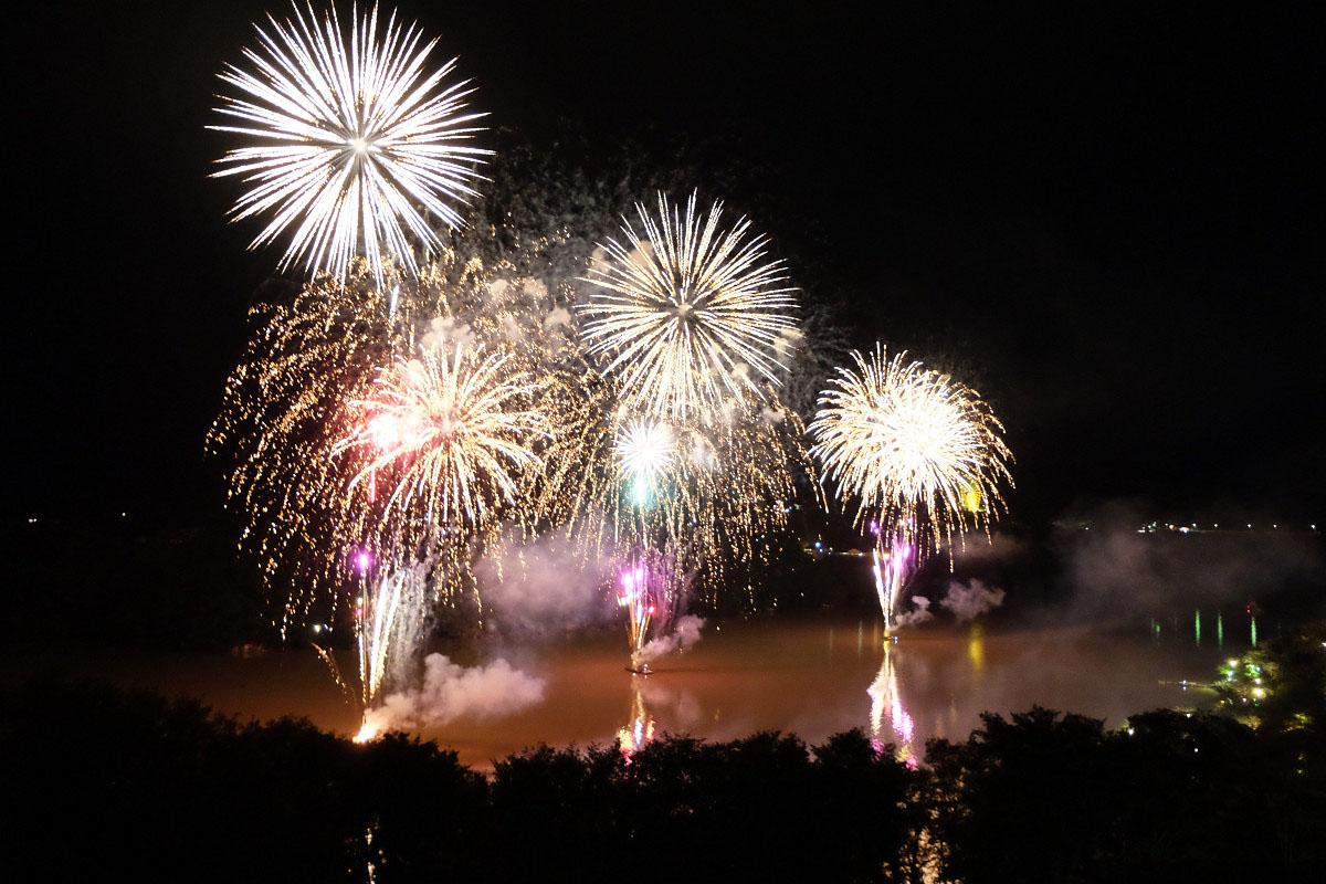 恵那峡に打ち上がる花火
