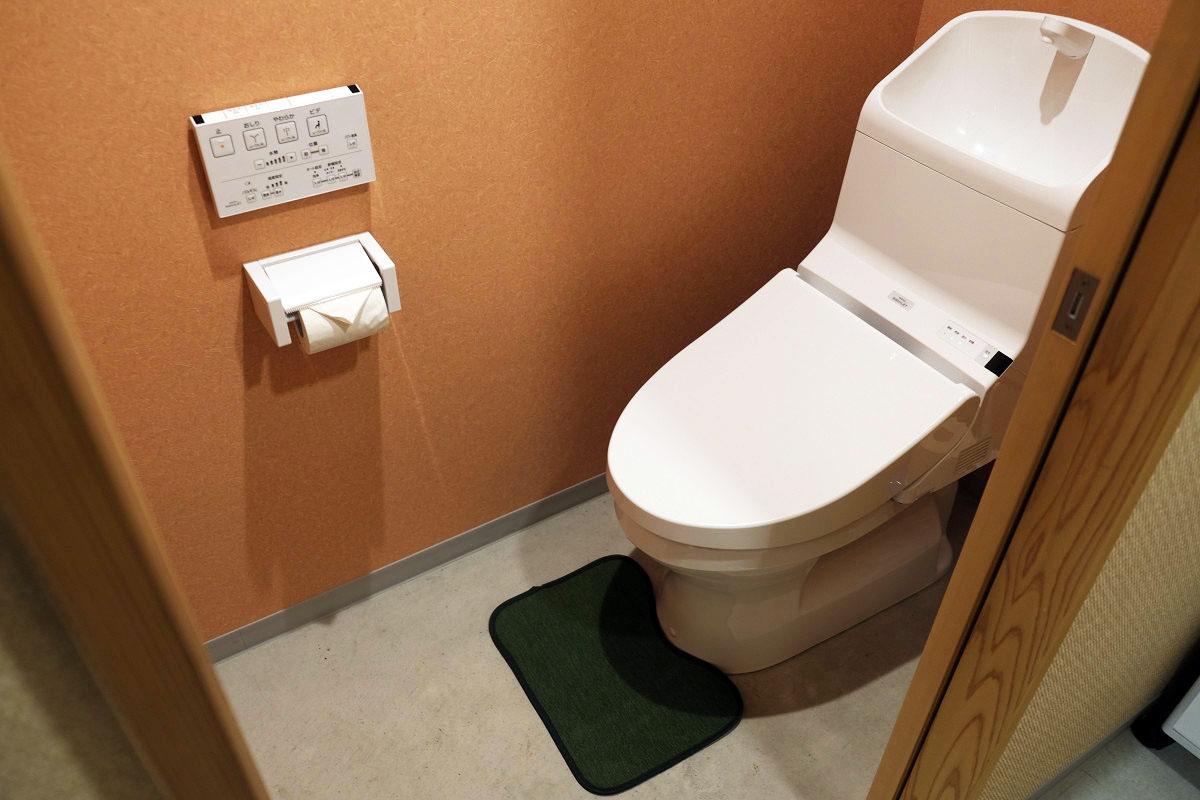 台所奥のトイレ