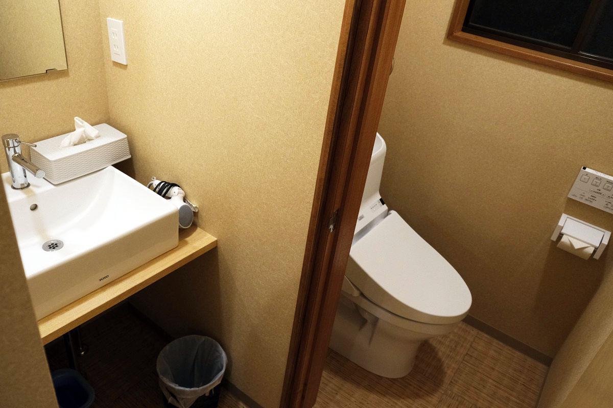 廊下奥の洗面台&トイレ