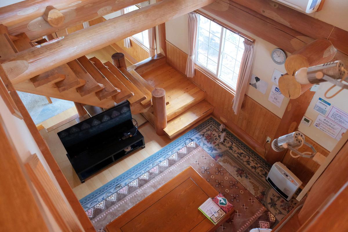 2階から見た1階の部屋