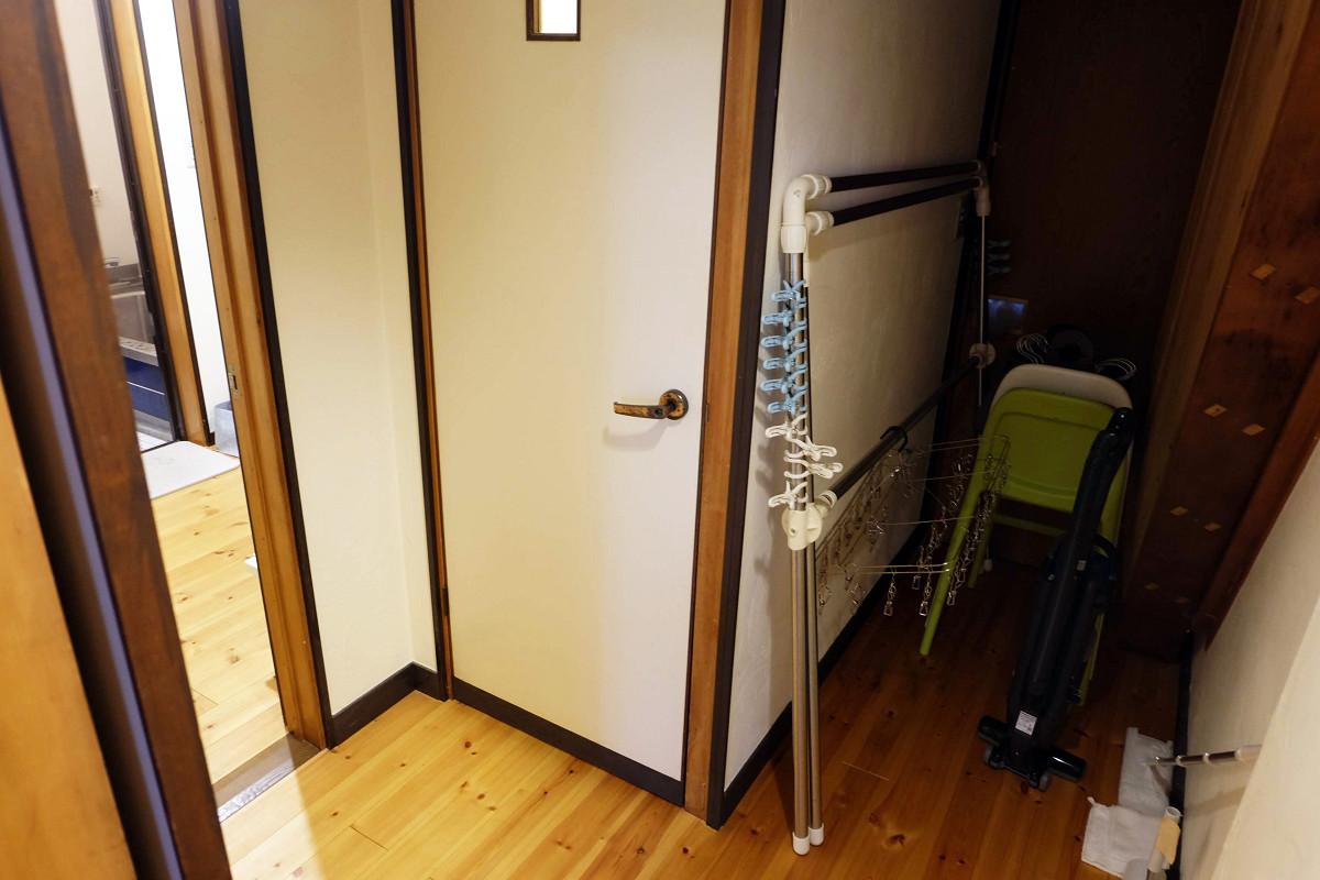 階段と物置スペース