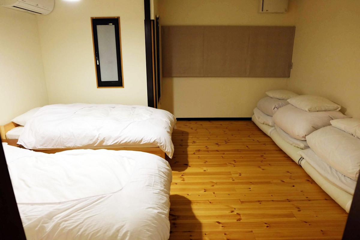 リビング向かいのベッドルーム