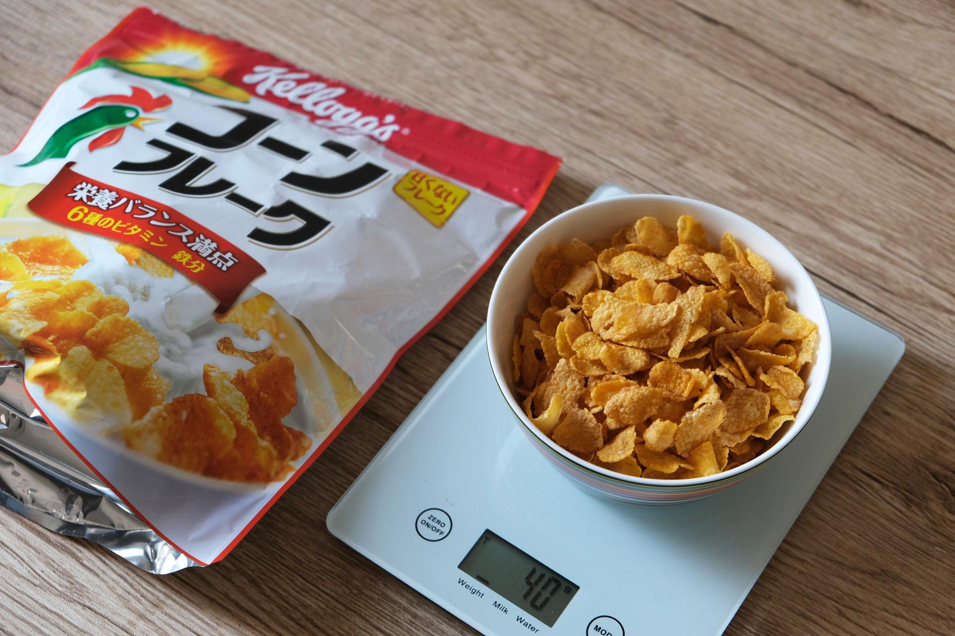 「コーンフレーク」のグラムごとの食べる量目安と牛乳・ヨーグルト・豆乳をかけた時の栄養成分まとめ
